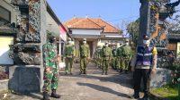PERSONEL Koramil 1626-04/Kintamani dan Polsek Kintamani memberi pelatihan Peraturan Baris Berbaris (PBB) kepada Linmas Desa Manikliu di kantor Desa Manikliu, Kintamani, Bangli, Kamis (29/4/2021). Foto: ist