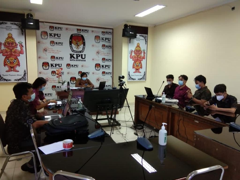 RAKOR pemutakhiran data pemilih berkelanjutan di KPU Denpasar, Selasa (27/4/2021). Parpol sebagai salah satu eksponen berkepentingan diajak turut serta untuk sosialisasi tahapan ini. Foto: hen