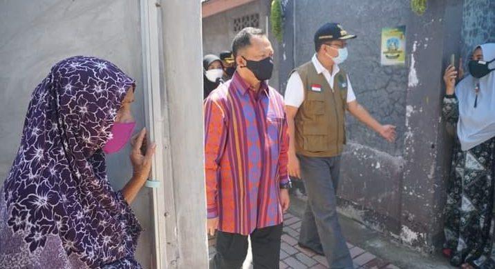 MENDAGRI Tito Karnavian (tengah) didampingi Gubernur NTB Zulkieflimansyah saat mengunjungi Kelurahan Dasan Cermen di Kota Mataram, Sabtu (24/4/2021). Foto: ist