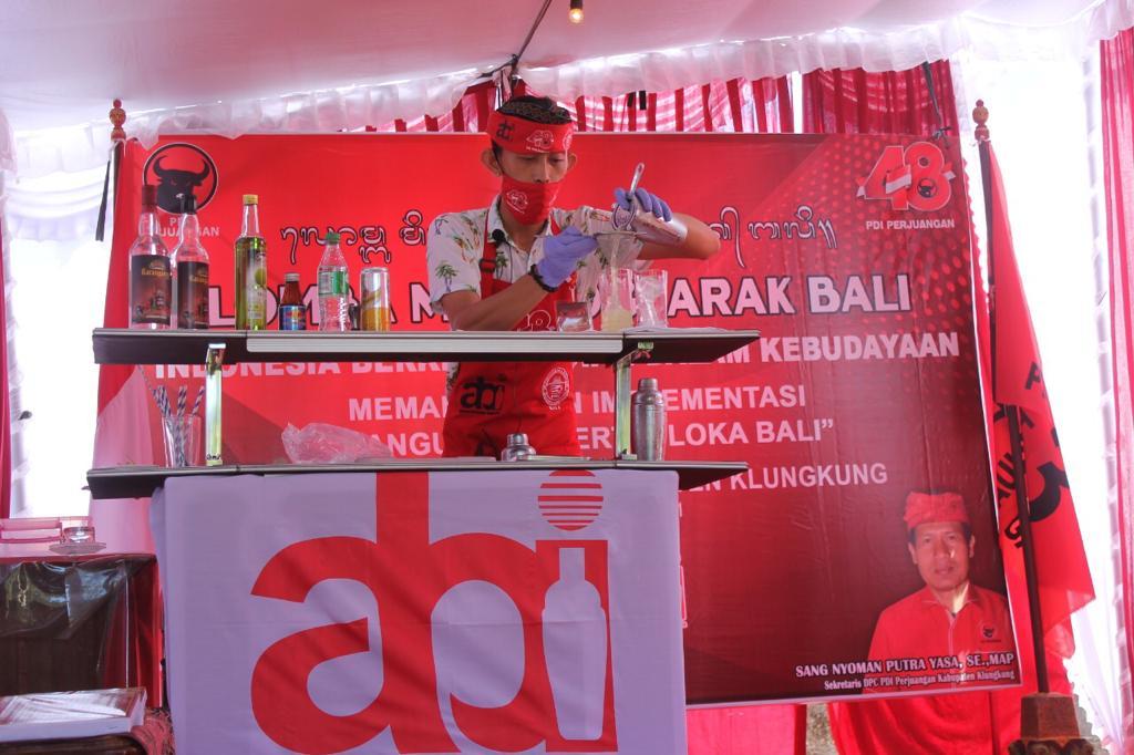 PESERTA lomba mixology arak bali sedang meracik arak bali di Villa Dulang, Semarapura Tengah, Sabtu (3/4/2021). Foto: ist