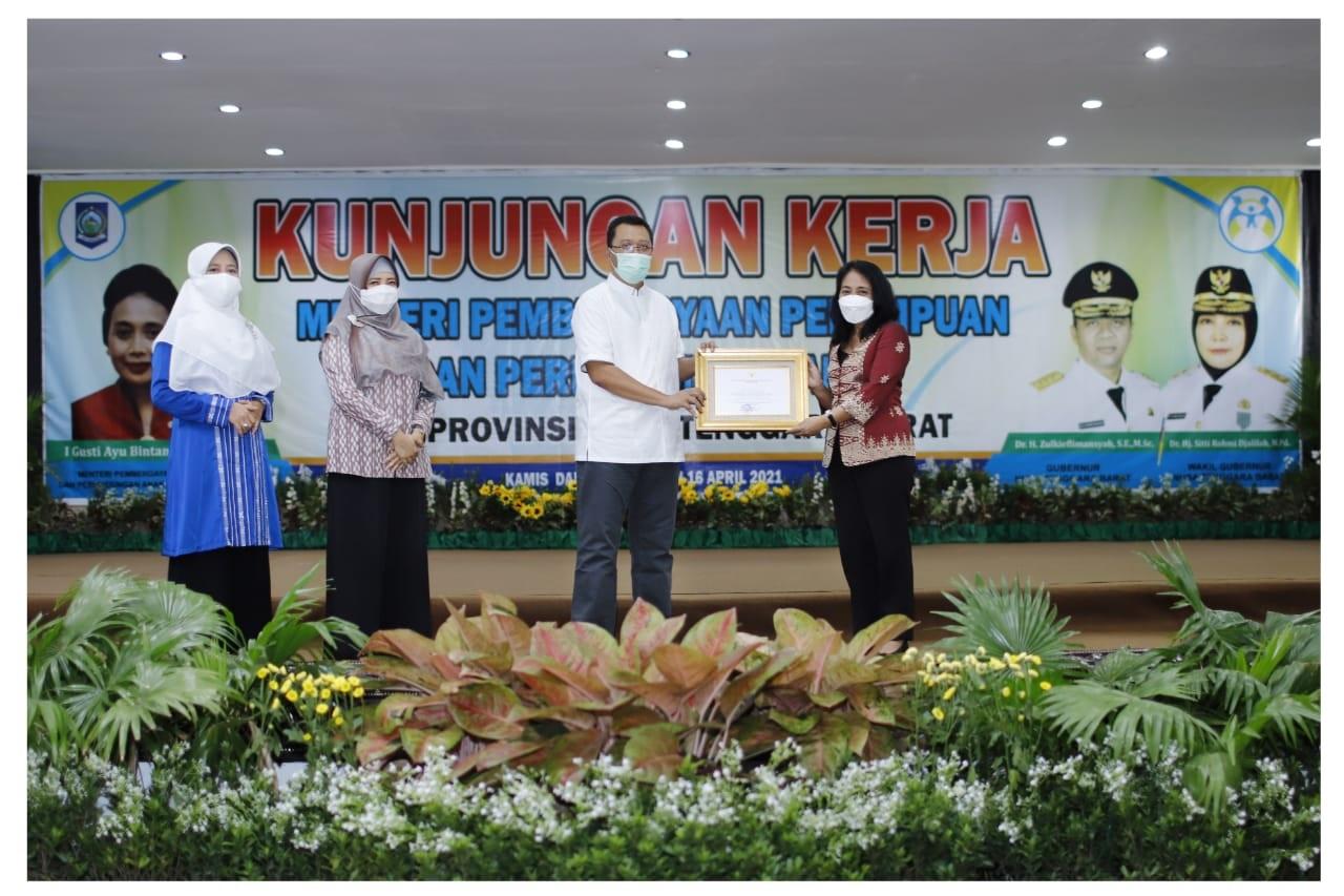 MENTERI PPPA RI, IGA Bintang Darmawati saat memberikan penghargaan pada Gubernur NTB, Zulkieflimansyah, di Kantor Gubernur setempat, Jumat (16/4/2021). Foto: ist