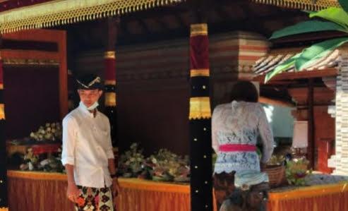 NGEJOT tumpeng di salah satu rumah pasangan pengantin baru. Foto: ist