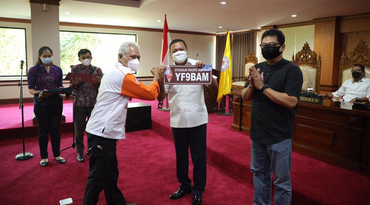 PENYERAHAN call sign kehormatan beserta kartu tanda anggota kepada Bupati Mahayastra. Foto: adi
