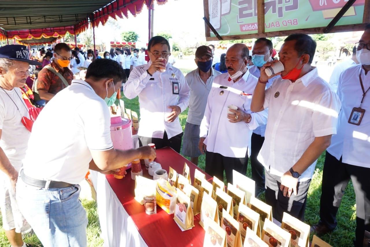 BUPATI Karangasem, I Gede Dana; bersama Wakil Bupati I Wayan Arta Dipa, saat mengunjungi Pasar Gotong Royong Krama Bali yang digelar di Lapangan Taman Budaya Candra Buana, Karangasem, Rabu (21/4/2021). Foto: ist
