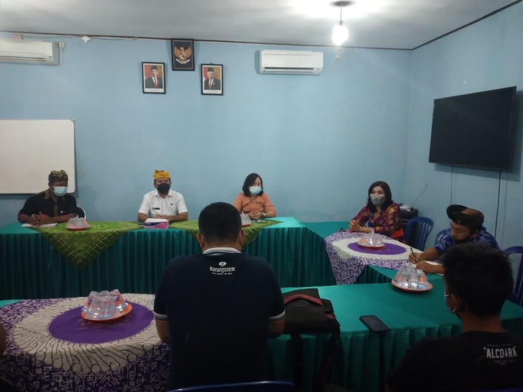 WARGA Dusun Bukit, Desa Bukit, Karangasem mendatangi kantor PDAM Perumda Tohlangkir Karangasem, Kamis (29/4/2021). Mereka menyampaikan keluhan terkait kondisi pelayanan air di kawasan Bukit yang beberapa pekan ini tidak optimal. Foto: nad