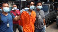 YONI Jatmiko (memakai baju tahanan) saat digiring anggota polisi, di Mapolres Buleleng. Foto: rik