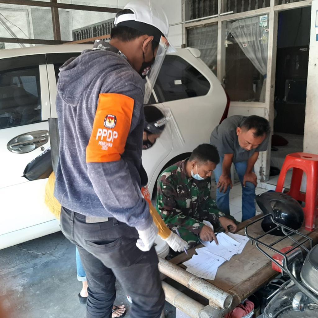 PETUGAS PPDP KPU Denpasar saat melakukan coklit untuk pemutakhiran data pemilih menjelang Pilkada Denpasar 2020 lalu. Pemutakhiran data sangat strategis terus dijalankan untuk mendapat data faktual menjelang Pemilu-Pilkada 2024 mendatang. Foto: hen