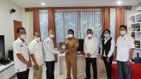ROMBONGAN KPU Badung didampingi Ketua KPU Bali audiensi dengan Bupati Badung, I Nyoman Giri Prasta, di rumah jabatan Bupati, Senin (19/4). Selain mengapresiasi pelaksanaan Pilkada Badung 2020, Giri Prasta juga minta dilakukan sosialisasi dan simulasi terkait penambahan kursi di DPRD Badung. Foto: ist