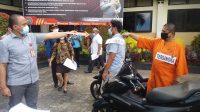 REKONSTRUKSI kasus pembunuhan yang terjadi di Banjar Dinas Darma Kelod, Desa Riang Gede, Kecamatan Penebel, 23 Maret 2021 lalu, dilaksanakan di halaman depan Polres Tabanan, Rabu (21/4/2021). Foto: ist