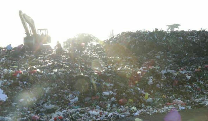TUMPUKAN sampah di TPA Temesi. Dinas Lingkungan Hidup Gianyar membuat larangan bagi para sopir truk sampah untuk merokok di area TPA guna mengantisipasi potensi kebakaran. Foto: adi