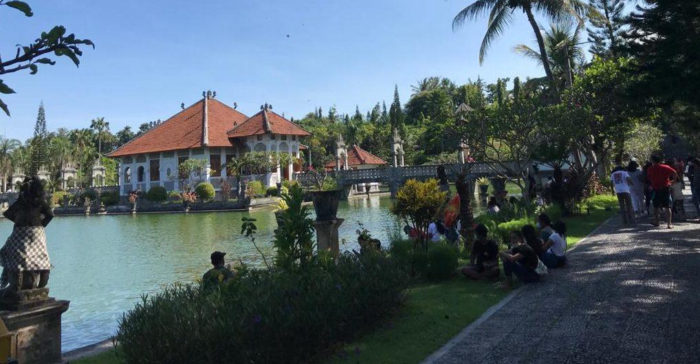 KUNJUNGAN wisatawan lokal ke Taman Soekasada, Ujung meningkat drastis saat Umanis Galungan, Kamis (15/4/2021). Foto: nad