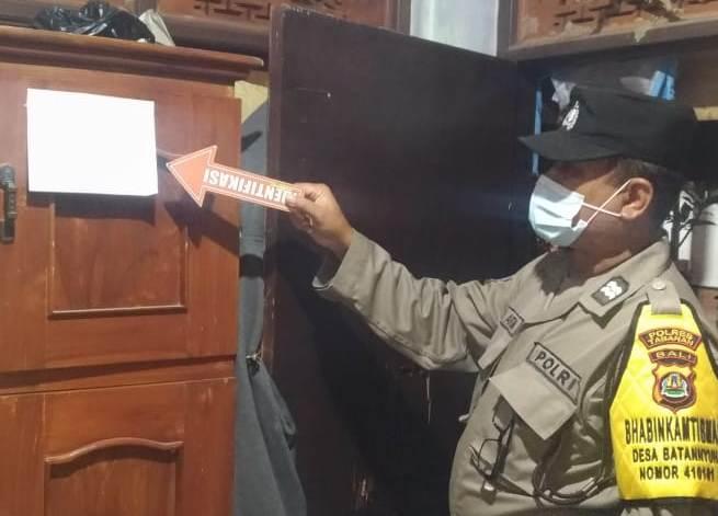 POLISI menunjukkan surat yang ditemukan di TKP gantung diri di Banjar Dinas Payangan Tengah, Desa Payangan, Marga, Tabanan. Foto: ist