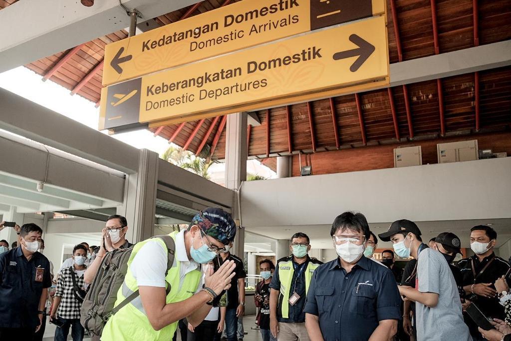 """MENTERI Pariwisata dan Ekonomi Kreatif, Sandiaga Uno, menjura saat tiba di Bandara I Gusti Ngurah Rai dalam kunjungan kerja di Bali, Desember 2020 lalu. Adanya """"tsunami"""" Corona di India patut diwaspadai semua pihak di Bali, karena Bali direncanakan uji coba pariwisata internasional pada Juni atau Juli mendatang. Foto: ist"""