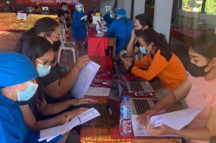 PELAKSANAAN vaksinasi di Banjar Pasdalem Gianyar. Foto: adi