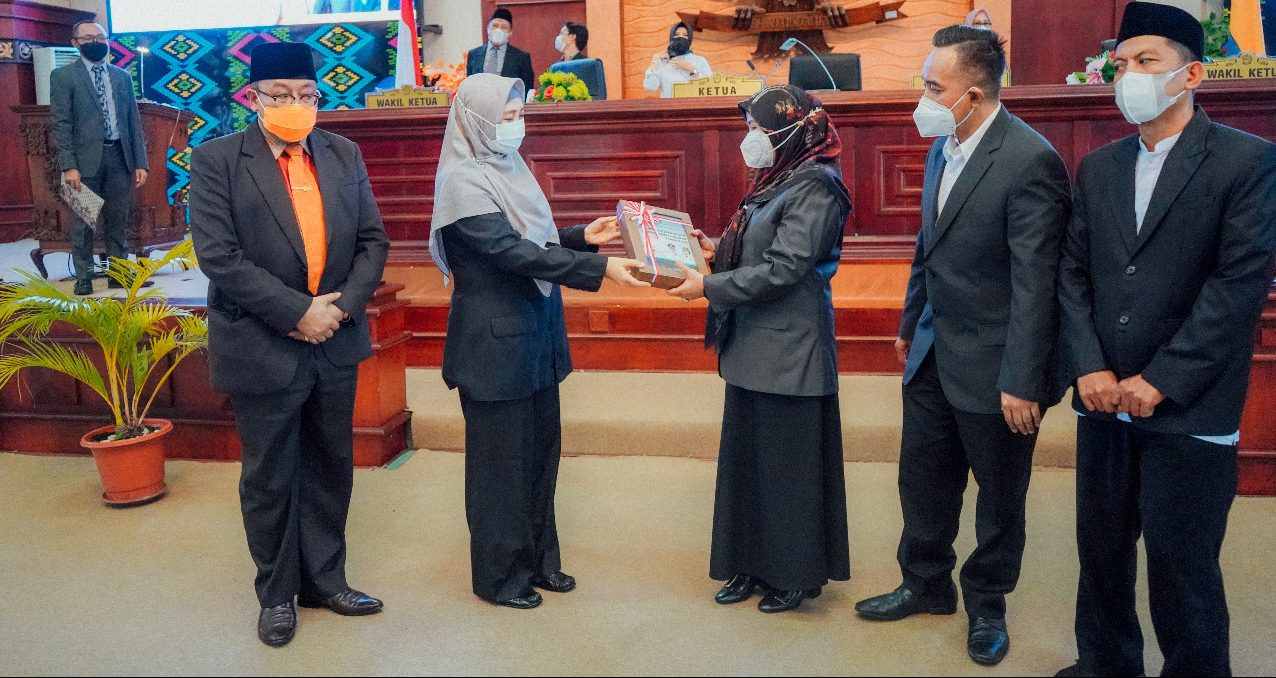 WAGUB Sitti Rohmi Djalilah (dua kiri) bersama Sekda NTB saat menyerahkan dokumen LKPJ tahun 2020 pada Ketua DPRD NTB disaksikan dua pimpinan DPRD lainnya, Kamis (15/4/2021). Foto: ist