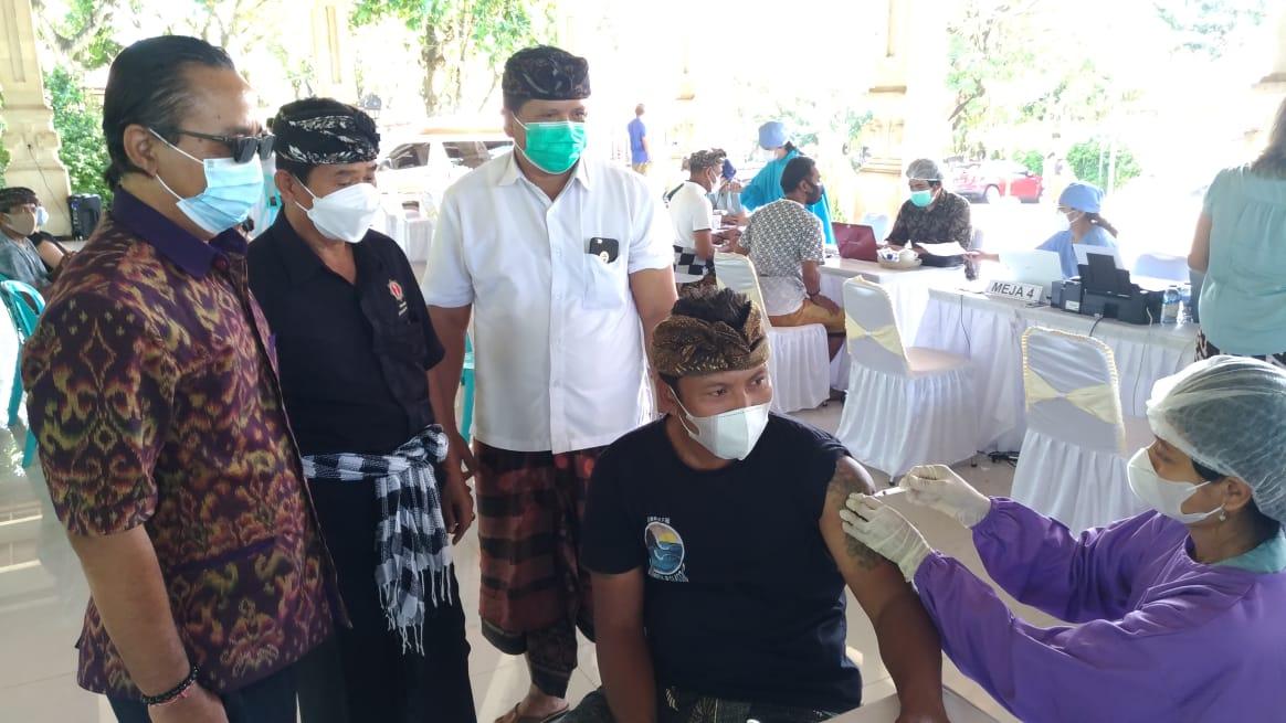 VAKSINASI kepada pekerja pariwisata di DTW Kawasan Luar Pura Uluwatu. Foto: gay