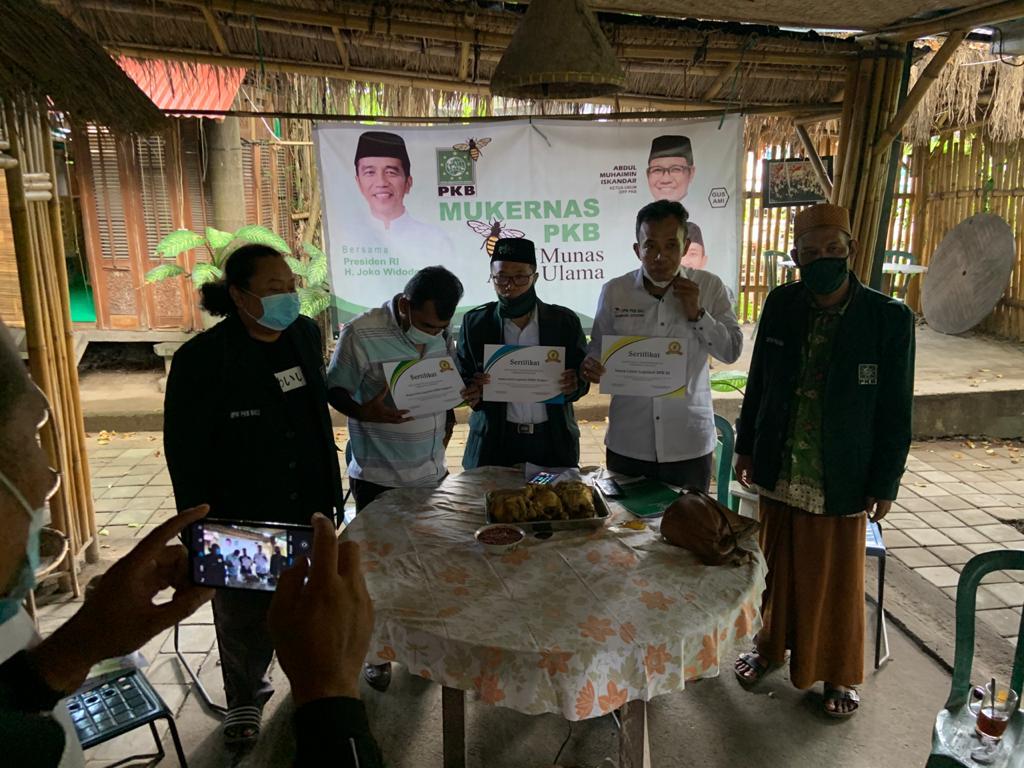 BAMBANG Sutiyono (dua kanan) menunjukkan sertifikat sebagai legalitas caleg PKB pada Pemilu 2024 mendatang. PKB ingin mengulangi nostalgia pernah mendapat sejumlah kursi di Bali pada Pemilu 1999 silam. Foto: hen
