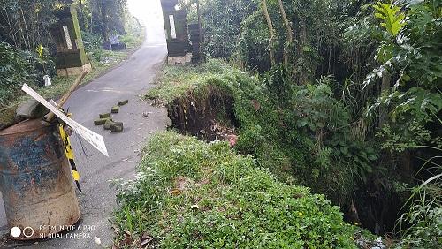 DINDING penahan tanah di ruas jalan Banjar Gaga, DesaTamanbali menuju Banjar Sidawa. Foto: gia