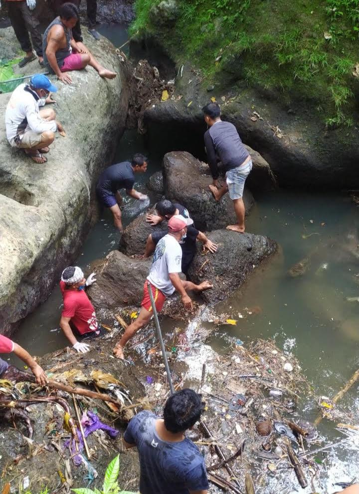 PETUGAS mengevakuasi potongan tubuh yang ditemukan di Sungai Petanu wilayah Banjar Dukuh Griya, Desa Pejeng Kawan, Rabu (28/4/2021). Foto: adi