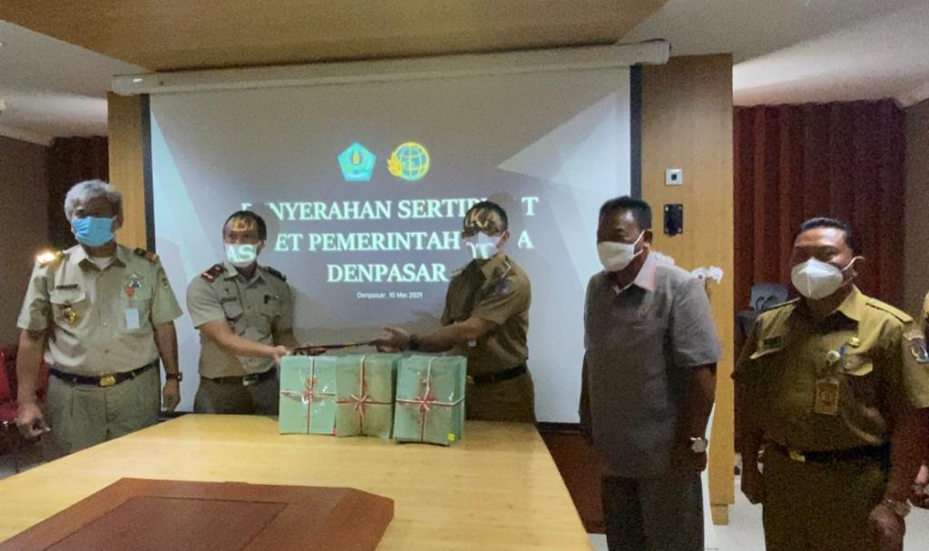 PENYERAHAN settifikat tanah dari BPN Kota Denpasar kepada Pemkot Denpasar yang diterima oleh Wali Kota Jaya Negara, Senin (10/5/2021). Foto: ist