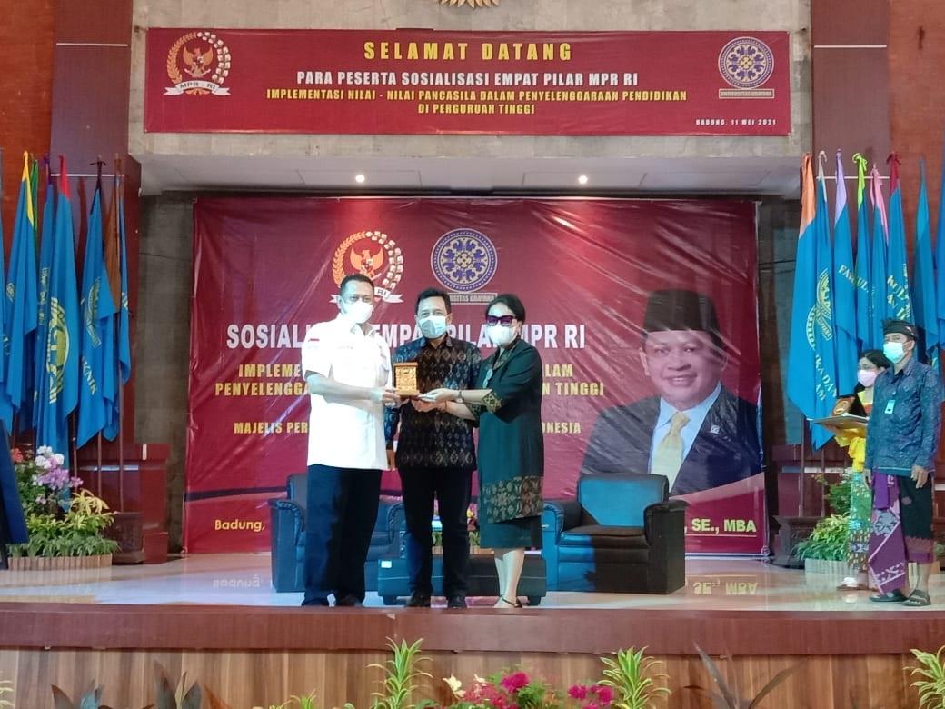 KETUA MPR RI, H. Bambang Soesatyo, menerima penyerahan kenang-kenangan dari Rektor Unud, Prof. A.A. Raka Sudewi, Selasa (11/5/2021). Foto: ist