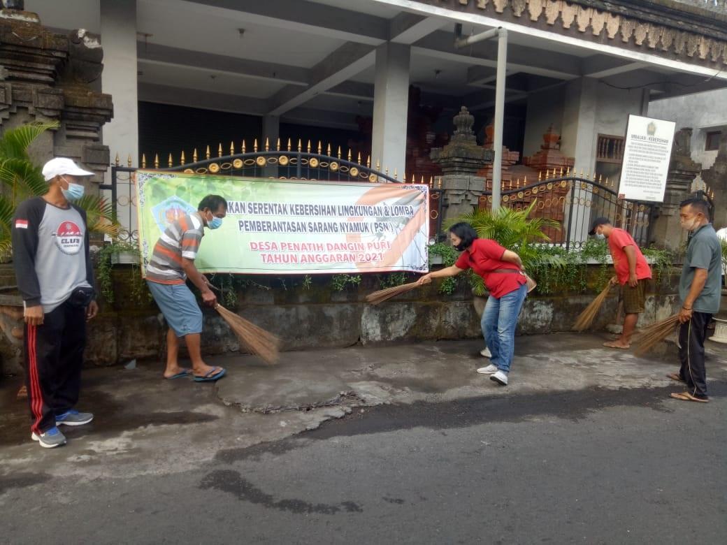 PERBEKEL I Wayan Kamar (kiri), memantau pelaksanaan gerakan serentak (Gertak) kebersihan lingkungan dan lomba PSN di Desa Penatih Dangin Puri, Minggu (16/5/2021). Foto: tra