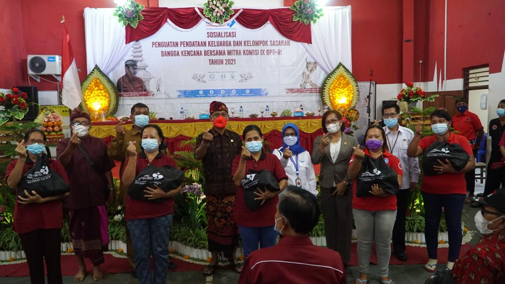 SOSIALISASI Penguatan Pendataan Keluarga dan Kelompok Sasaran Bangga Kencana Bersama Mitra Komisi IX DPR RI Tahun 2021, Senin (3/5/2021) di Aula kantor Perbekel Desa Sangsit, Singaraja. Foto: ist