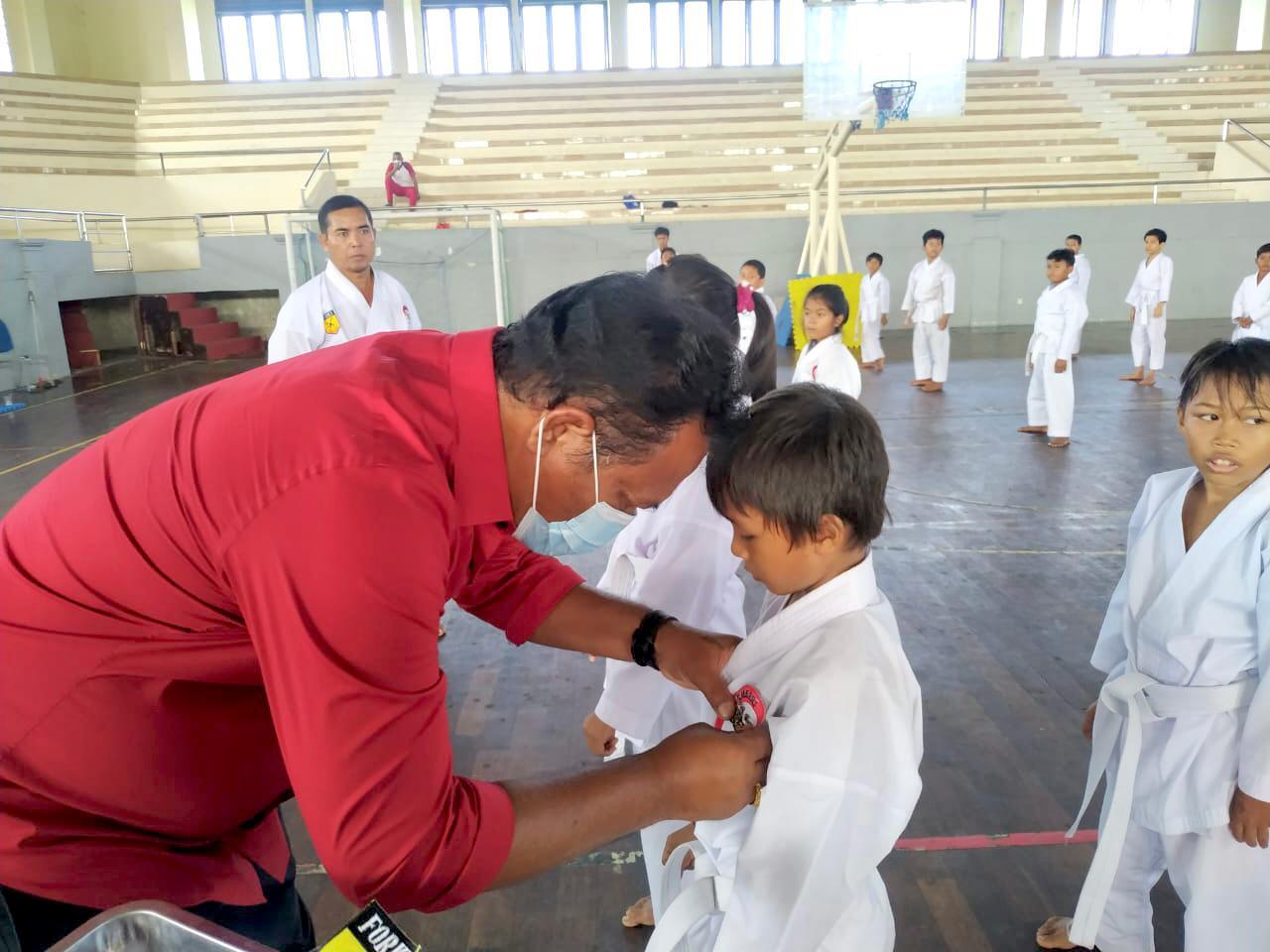 KETUA DPRD Klungkung, AA Gde Anom, menghadiri acara Gashuku Lemkari di GOR Swecapura Klungkung, Minggu (30/5/2021). Foto: ist