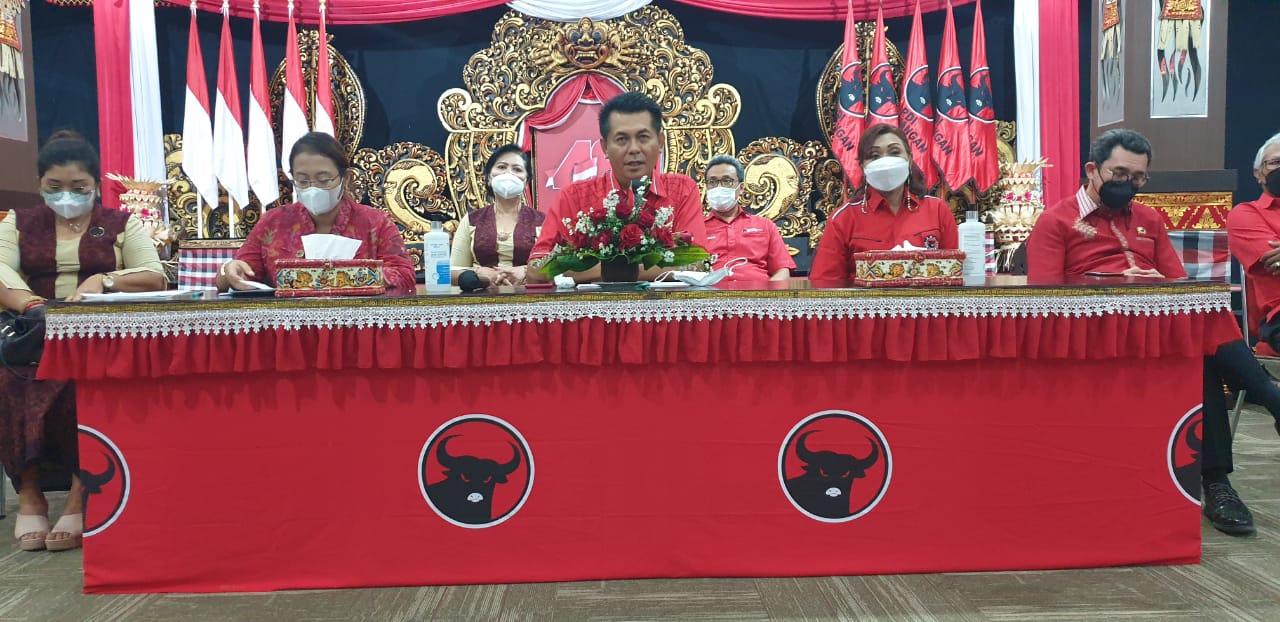 DEWA Made Mahayadnya memaparkan pelbagai lomba yang dilangsungkan DPD PDIP Bali serangkaian HUT ke-48 PDIP, Senin (3/5/2021). Aneka lomba itu dirancang untuk berkorelasi mengatasi kesulitan masyarakat saat ini dihajar pandemi. Foto: hen