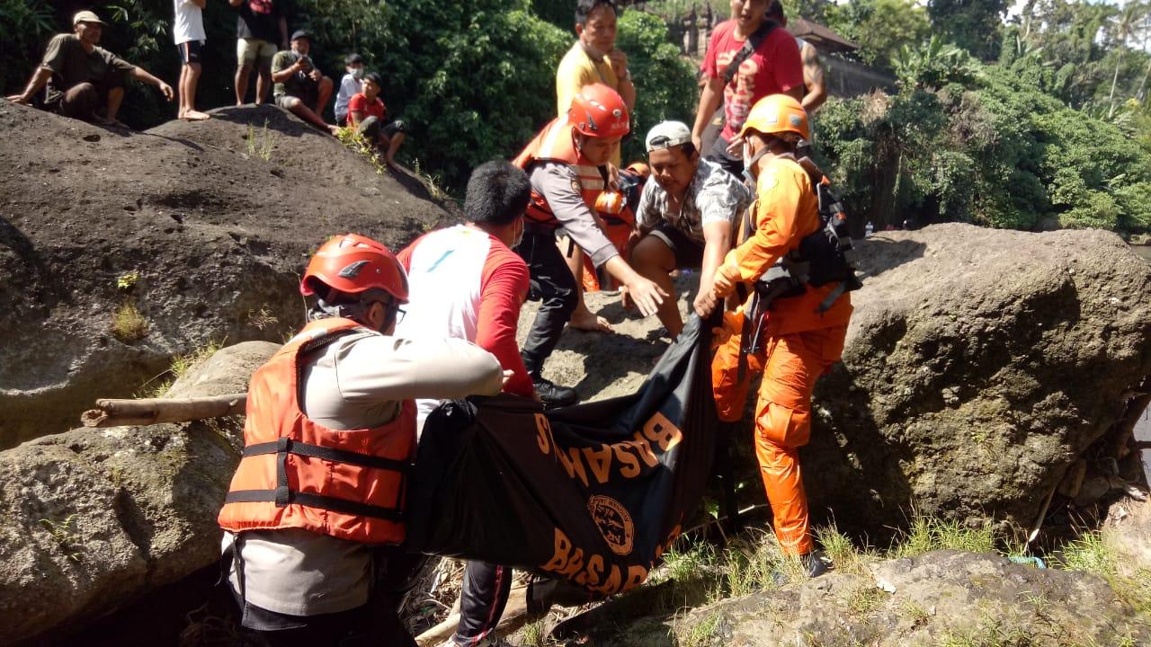 PROSES evakuasi jenazah Komang Arsa (48), warga Banjar Dinas Kreteg, Desa Sibetan, Kecamatan Bebandem, Karangasem ditemukan tewas di kawasan aliran sungai Tukad Malem pada Selasa, (11/5/2021). Foto: ist