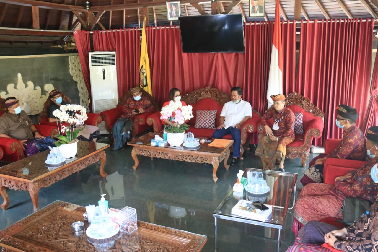 BAWASLU Bali dan Kabupaten Bangli saat audiensi dengan Bupati Bangli, Sang Nyoman Sedana Arta, di pendopo rumah jabatan Bupati, belum lama berselang. Foto: ist