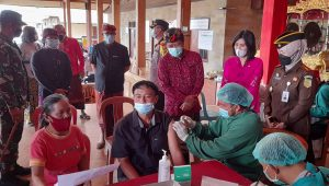 BUPATI Bangli, Sang Nyoman Sedana Arta, didampingi Wakil Bupati I Wayan Diar bersama Forkopimda meninjau Gerakan Serentak (Gertak) Vaksin Covid-19 di Bangli, Kamis (6/5/2021). Foto: ist
