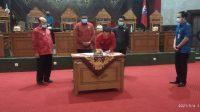 BUPATI I Gede Dana menandatangani dokumen Ranwal RPJMD pada sidang paripurna paripurna DPRD Karangasem, Selasa (4/5/2021). Foto: ist