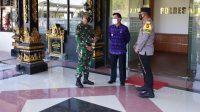 BUPATI Suwirta; bersama Kapolres Klungkung, Dandim 1610/Klungkung, di sela apel gelar pasukan Operasi Ketupat Tahun 2021 di Lapangan Polres Klungkung, Rabu (5/5/2021). Foto: ist