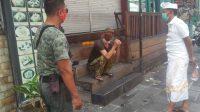 KETUA LPM Legian bersama Linmas Legian saat berkomunikasi dengan bule Italia yang diketahui telah lama menggelandang di kawasan pariwisata Kuta, Badung. Foto: ist