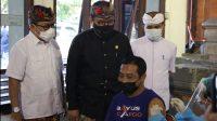 WAGUB Cok Ace saat meninjau vaksinasi di Gedung Wanita Nari Graha Denpasar, Selasa (11/5/2021). Foto: ist