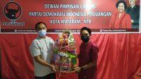 KETUA DPC PDIP Kota Mataram, Made Slamet, membagikan paket Lebaran kepada kader partai yang beragama Islam. Foto: rul