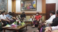 FORUM Pengelola Pasar Desa (FPPD) Kota Denpasar saat bertemu dengan Wali Kota IGN Jaya negara terkait merebaknya pedagang bermobil yang membuat menurunnya pendapatan pedagang di pasar desa, Kamis (6/5/2021). Foto: ist