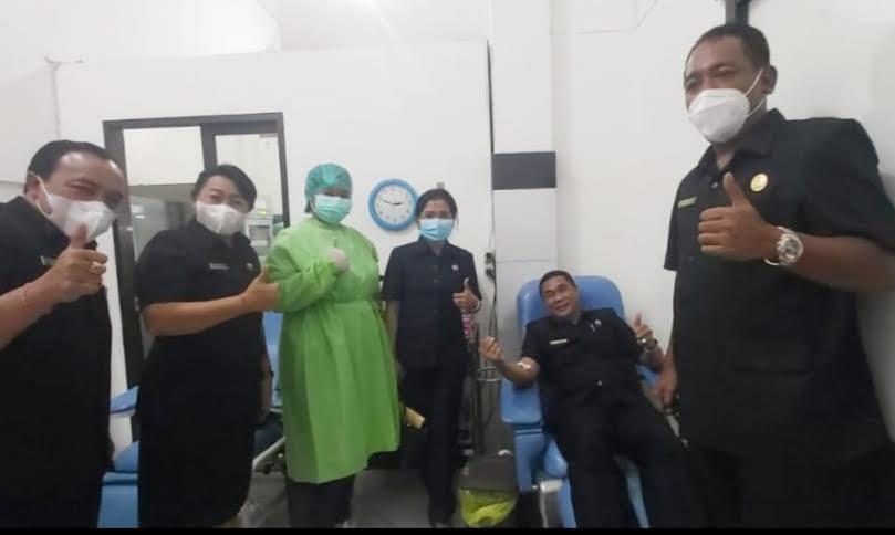 FRAKSI PDIP Gianyar menggelar aksi donor darah, untuk membantu ketersediaan stok darah di PMI Gianyar. Foto: adi