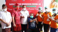GUBERNUR Koster saat memantau vaksinasi di Kabupaten Karangasem, Minggu (9/5/2021). Foto: ist