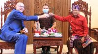 GUBERNUR Koster saat tos arak Bali dengan Dubes Ceko, Jaroslav Dolecek, di Jayasabha, Denpasar, Selasa (25/5/2021). Foto: ist