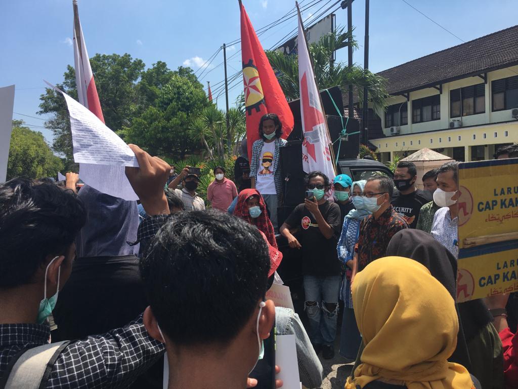 KEPALA Disnakertrans NTB, I Gede Putu Aryadi, saat menerima para pengunjuk rasa di depan kantor Disnakertrans setempat saat peringatan May Day, Sabtu (1/5/2021). Foto: rul
