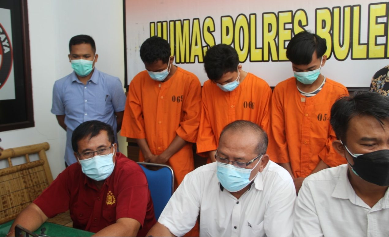 TIGA pelaku dari lima pelaku persetubuhan siswi SMP, saat ditunjukkan oleh polisi di Mapolres Buleleng, Selasa (11/5/2021). Foto: rik