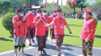 BUPATI Karangasem, I Gede Dana, menyambut Gubernur Bali, I Wayan Koster, saat grandfinal lomba Mixologi Arak Bali serangkaian ulang tahun ke-48 PDIP dilaksanakan di Taman Soekasada Ujung, Karangasem, Sabtu (1/5/2021). Foto: nad