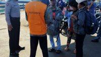 PETUGAS melakukan pemeriksaan terhadap pemudik di Pelabuhan Padangbai, Manggis, Karangasem. Foto: ist