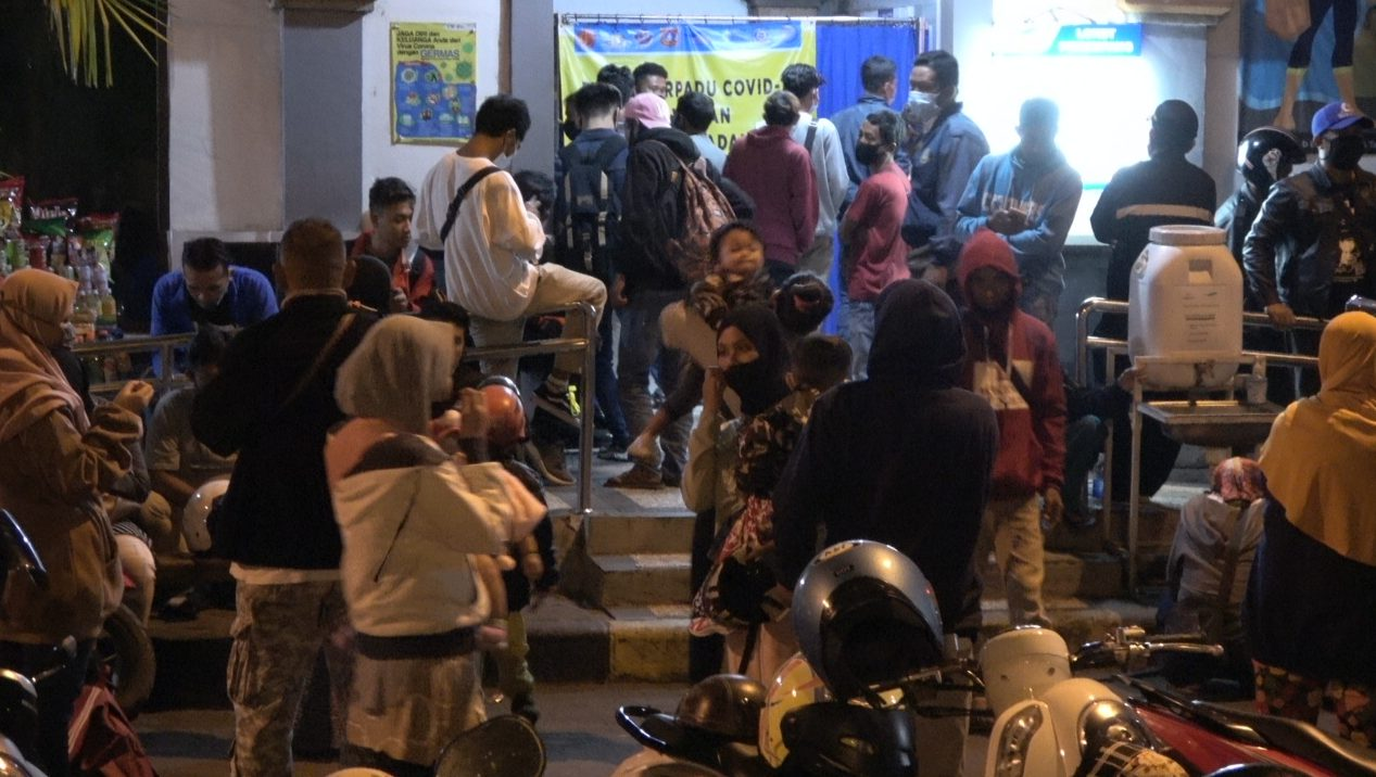 ARUS mudik di Pelabuhan Padangbai, Manggis, Karangasem mengalami peningkatan signifikan sejak Sabtu (1/5/2021) hingga Minggu (2/5/2021). Ratusan pemudik antre tes antigen. Foto: nad