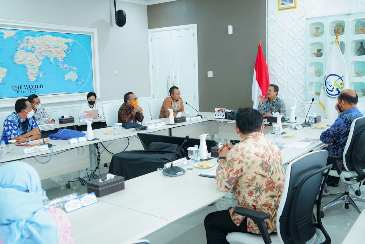 MENTERI KKP Sakti Wahyu Trenggono saat menerima kunjungan Gubernur NTB, Zulkieflimansyah, dan rombongan di Jakarta, Jumat (28/5/2021). Foto: ist