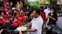 BUPATI Mahayastra yang disambut dengan olahan jagung urab. Foto: adi