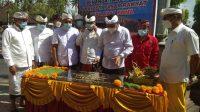 BUPATI Gianyar, I Made Agus Mahayastra, menandatangani prasasti pasar rakyat Desa Adat Bona. Foto: adi