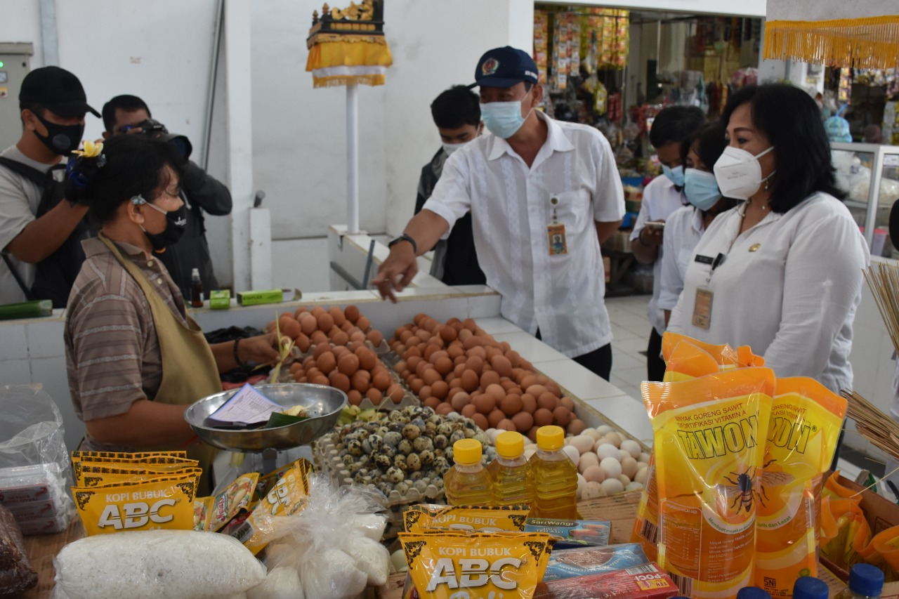 JELANG Idul Fitri, Disperindag Denpasar lakukan monitoring lapangan harga bahan kebutuhan pokok di Pasar Phula Kerti, Senin (3/5/2021). Foto: ist
